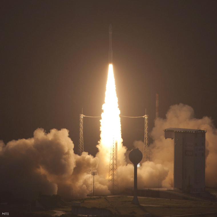 Az Európai űrügynökség (ESA) Vega-1 nevű hordozórakétája útjra indul a francia-guyanai Kourou-ban lévő Guayanai űrközpont kilövőállásáról a fedélzetén két kisműholddal köztük az első magyar MaSat-1 műholddal,2012. februér 13-án.