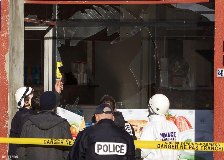 Rendőrök helyszínelnek Villefranche-sur-Saoneban egy mecset melletti kebabosnál, ahol robbanás történt 2015. január 8-án.