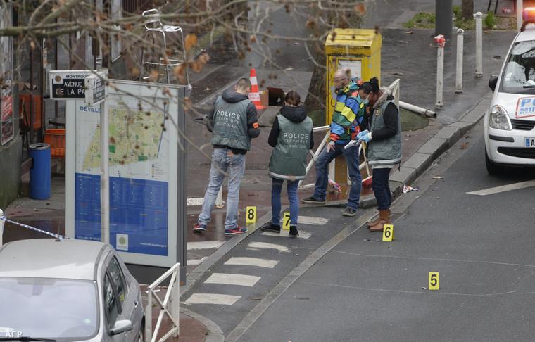 Törvényszéki szakértők dolgoznak Párizs déli részén, a lövöldözés helyszínén. Egy rendőrnőt és egy utcaseprőt lőttek le a reggeli órákban. Montrouge, 2015. január 8.