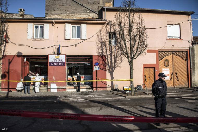 Helyszínelők dolgoznak a kebabos étteremnél Villefranche-sur-Saone-ban, a robbantás helyszínén, 2015. január 8-án.