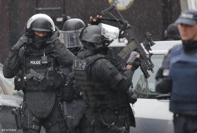 Különleges egységek a reggeli lövöldözés helyszínén.