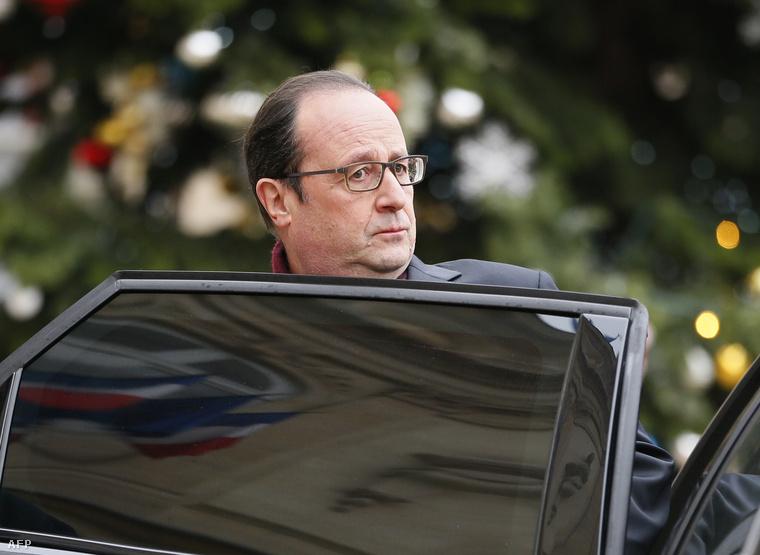 Francios Hollande a szerdai merénylet után programját megszakítva azonnal a helyszínre sietett. Ekkor készült róla ez a fotó is.