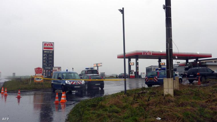 Az AFP-nek egy rendőrségi forrás azt mondta, hogy a két testvér hátrahagyta az autóját Villers-Cotterêts és Crépy-en-Valois között.