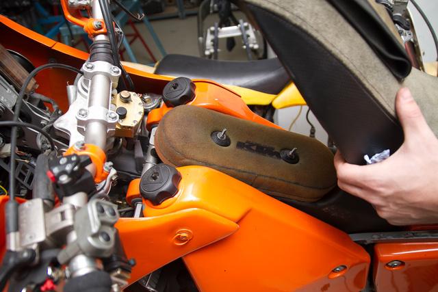 Az ülés alatt rejtőzik az egykori dakaros KTM szűrője