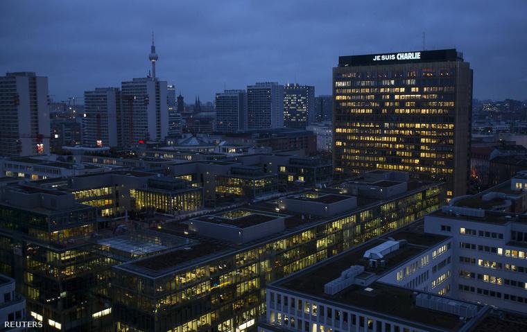 A német Axel Springer kiadócsoport épületének tetején világító felirattal emlékeznek az áldozatokra. Berlin, 2015. január 8.