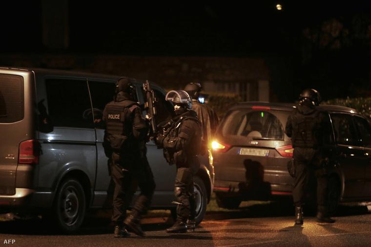 Rohamrendőrök az észak-francia Fleuryben