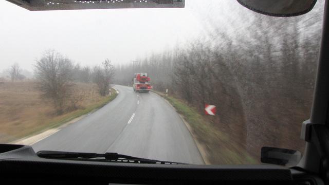 Talán épp itt, országúton jelenthet gondot, hogy a kilencvenes sebességkorlátozást még a kéklámpa bekapcsolása sem oldja, előzéskor jól jöhetne egy kis plusz tempó