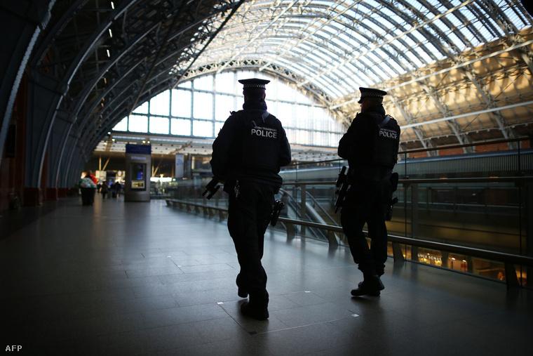 Fegyveres járőrök a St. Pancras állomáson