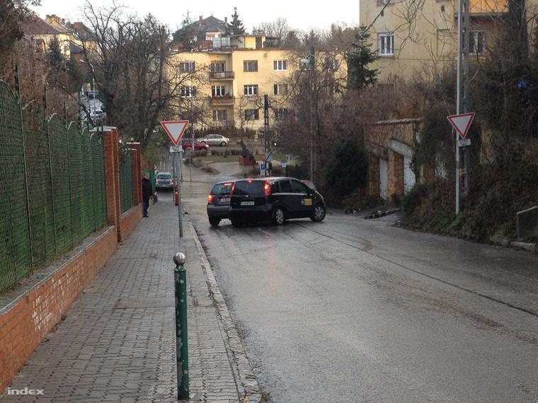 Autók állnak keresztbe a Lejtő úton Budán, ez a két autó eredetileg fölfelé ment, majd kifordultak és elkezdtek csúszni lefelé.