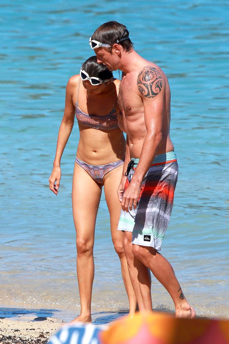 Jenson Button és frissen elvett felesége, Jessica Michibata Hawaii-on strandol