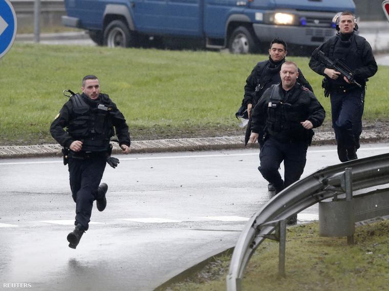 Dammartin-en-Goële polgármestere megerősítette a sajtóértesülést, hogy valóban túszt ejtettek a terroristák, és behúzódtak a Création Tendance Découverte gyárba, a Clément Ader utcában. Galériánkat folyamatosan frissítjük!