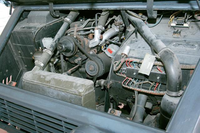 A motort amennyire lehetett, betolták a kabinba