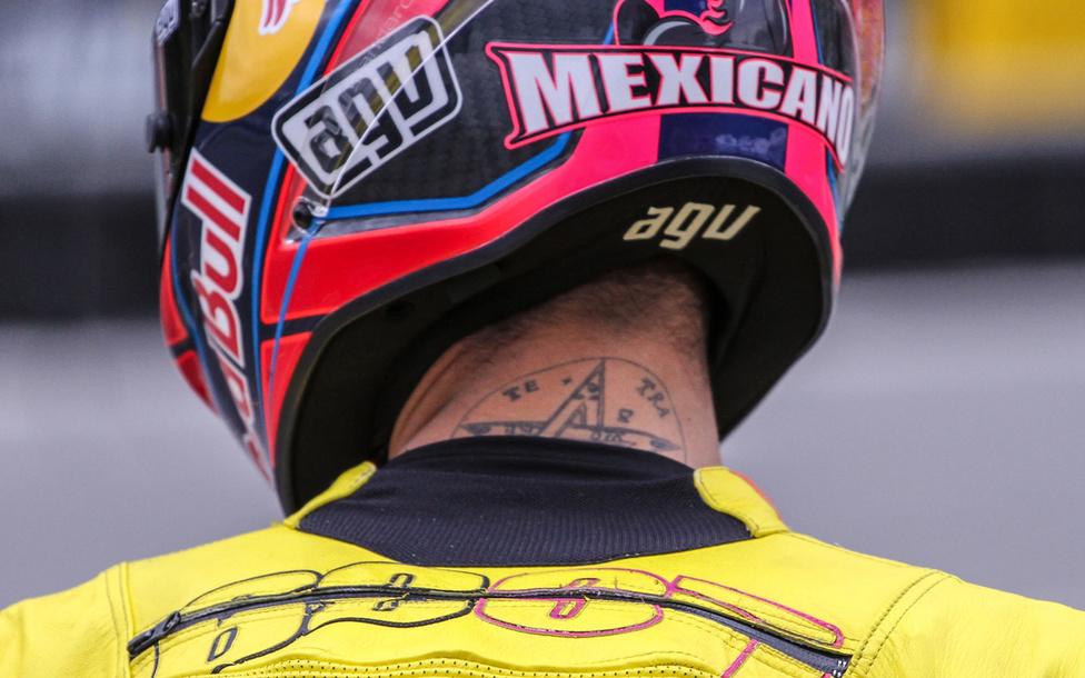 Luis Salom testét megannyi tetoválás díszíti, de a bőrruha végett sajnos nem látható a kivételes kollekció. Viszont a nyakára készíttetett tetragrammaton azért észrevehető, például ha bukás után saját lábán tér vissza a garázsba.