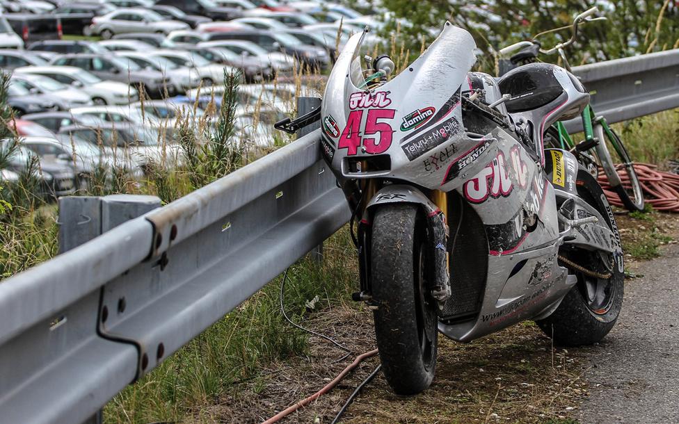 Gumicső, egy kerékpár még a csehszlovák időkből, valamint egy vagonnyi pénzt érő, szinte Hello Kitty színekben pompázó Moto2-es Grand Prix motor.