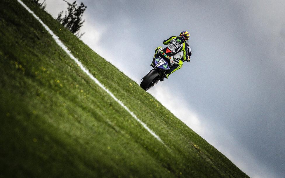 Valentino Rossi úgy döntött, hogy a célegyenes előtti, emelkedőt is tartogató szekcióban megörvendezteti rajongóit egy utolsó egykerekezéssel.