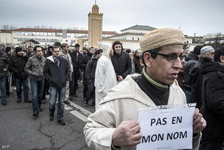 """""""Nem az én nevemben"""" - Muszlim tüntetés a saint-etienne-i mecsetnél"""