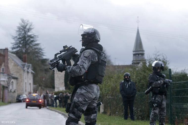 A merénylők Villers-Cotterêts közeléből Párizs felé tarthattak, majd autójukat állítólag hátrahagyták Crépy-en-Valois közelében. A rendőrök és a csendőrök átfésültek egy 20x15 km-es területet, ahol a szerdai gyilkosságokkal gyanúsított testvérpár rejtőzhetett.