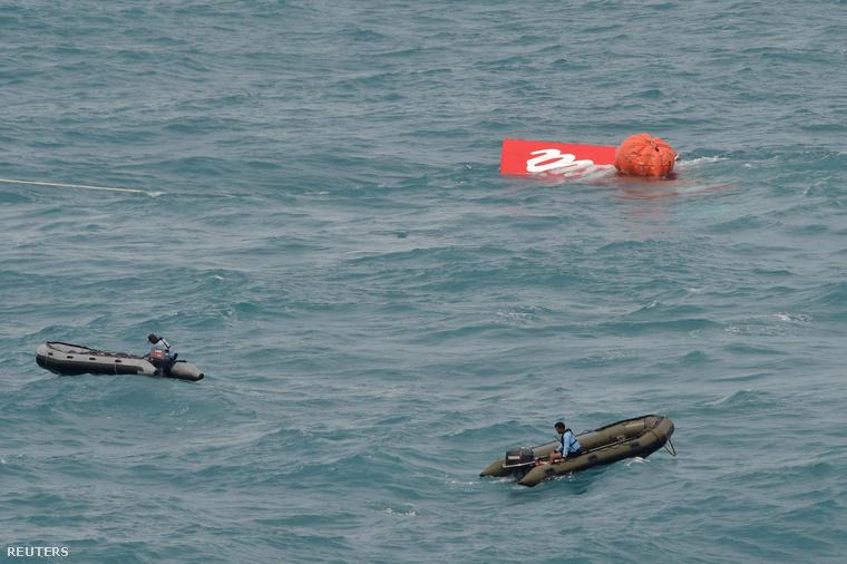 A Jáva-tengerbe zuhant Air Asia repülőgép farokrészét emelik ki 2015. január 10-én.