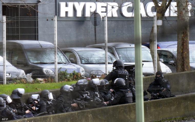 Rendőrök a Porte de Vincennes-nél a kóserbolt előtt, néhány órával a túszok kiszabadítása előtt, 2015. január 9-én.
