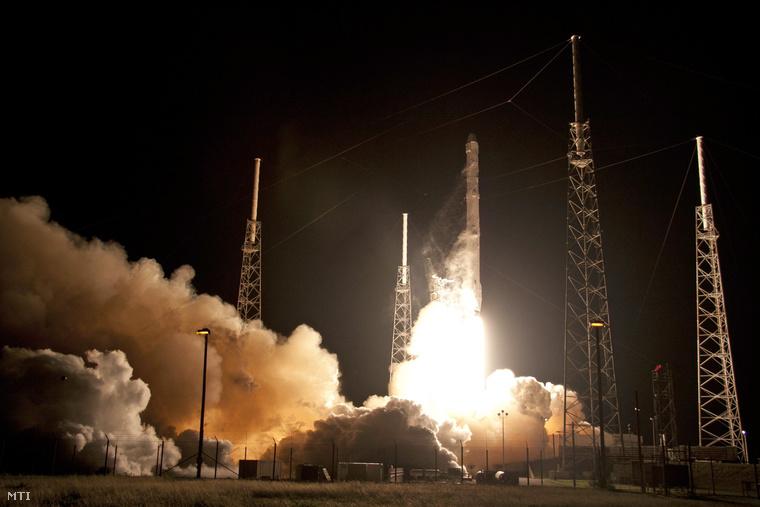 Felbocsátják a SpaceX amerikai űrkutatási magánvállalat Falcon 9-es hordozórakétáját a Cape Canaveral-i légi támaszpontról 2015. január 10-én.