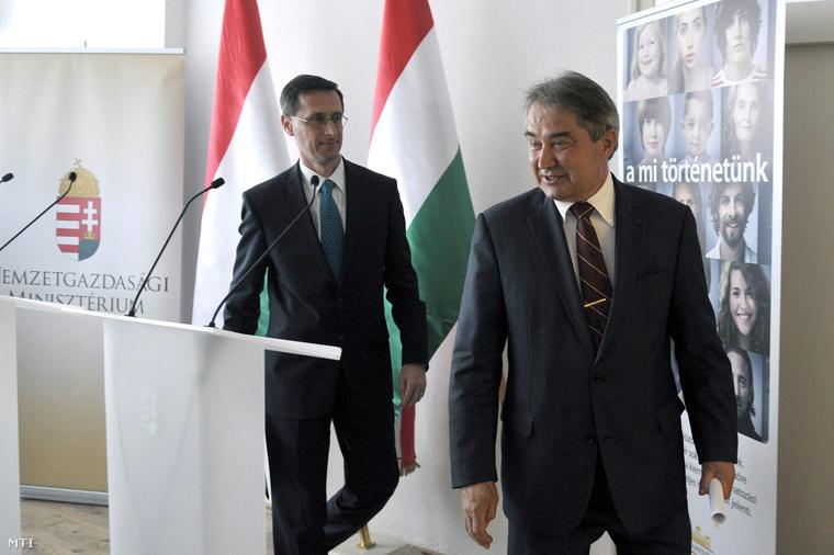 Varga Mihály nemzetgazdasági miniszter (b) és Töröcskei István az Államadósság Kezelő Központ (ÁKK) vezetője távoznak az egyeztetésüket követően tartott sajtótájékoztatójukról az ÁKK budapesti székházában 2013. április 15-én.