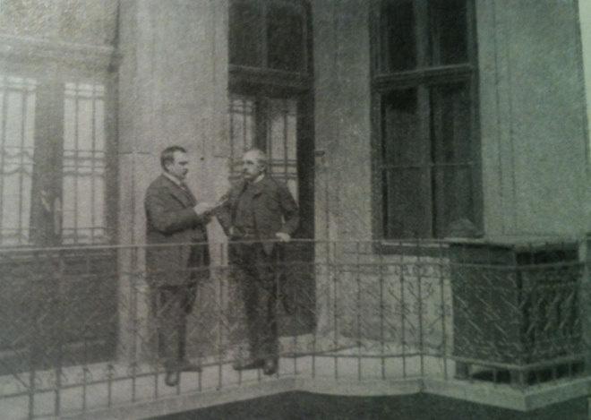 """Egy újságíró és Jókai Mór orvosa a lakás előtti gangon 1904-ben. """"Nem borozunk már többet a gangon"""" - Lovasi András"""