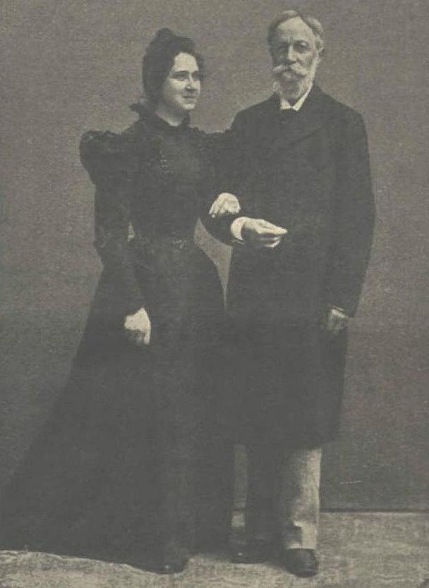 """Jókai és Nagy Bella 1899-ben. Jókai így beszélt a képről: """"A fényképész becsületes ember volt, engem húsz évvel fiatalabbá tett, nőmet tízzel öregbítette, így harminc évvel közelebb hozott minket egymáshoz."""" """"Az asszonyi szív minden században asszonyi szív marad."""" - Jókai Mór (Ő már csak tudta.)"""