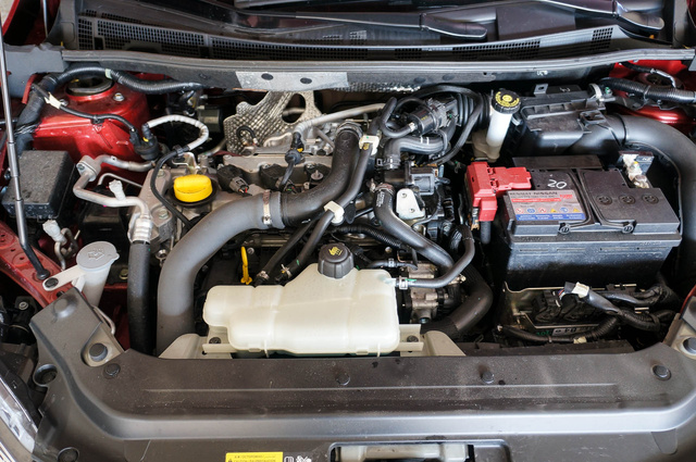 Nem kapott motorburkolatot a kis egykettes turbómotor, szerencsére önmagában sem zajos, azonban bizonyos részletek a Nissan és a Renault olcsó modelljeit idézik és hát, valljuk be...