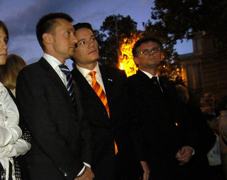 Rogán Antal polgármester (j3) Puskás András alpolgármester (j2) és Rónaszéki László jegyző (j) az V. kerületi önkormányzat 56-os megemlékezésén (2006.)