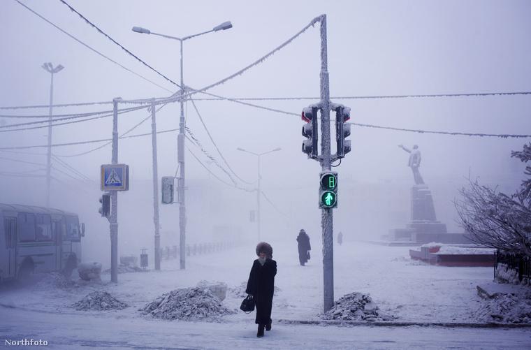 Jakutszkban sem pezseg az élet, így néz ki a város főtere egy -51 celsius fokos napon.