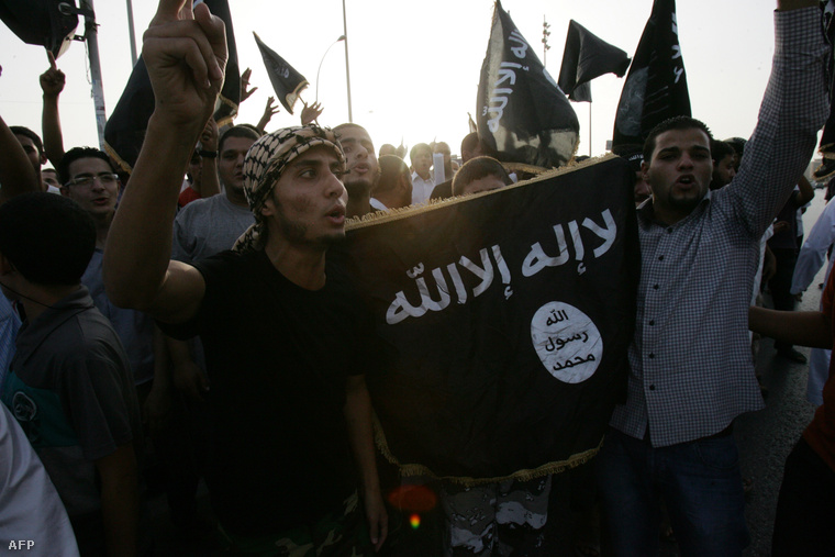 Ansar al-Sharia párti tüntetők Líbiában, 2012-ben.