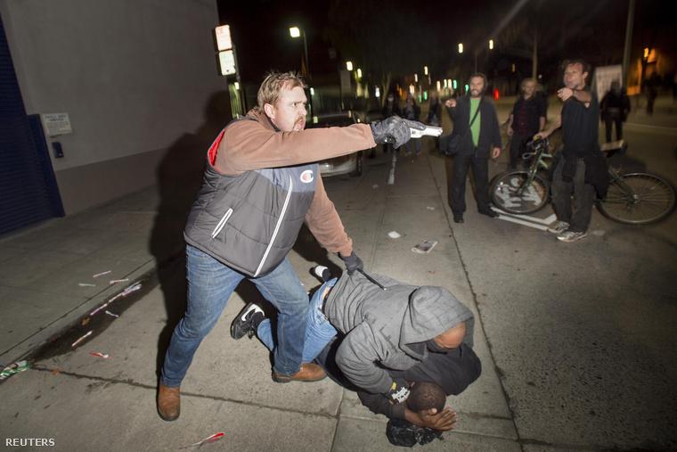 Civilruhás rendőr rántott fegyvert a rendőri erőszak ellen tüntetőkre Oaklandben (2014. december)