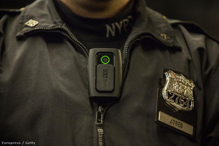 Kabátra csíptethető testkamera egy rendőrségi bemutatón