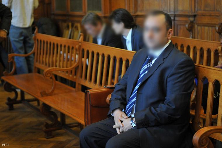 Kulcsár Attila ül a Fővárosi Bíróság tárgyalóteremében ahol folytatódik az ellene és társai ellen sikkasztás bűntette miatt indított büntetőper. (2011. április 11.)