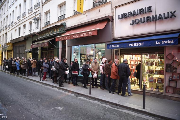 Sorban állók egy párizsi újságárus előtt, 2015. január 14-én