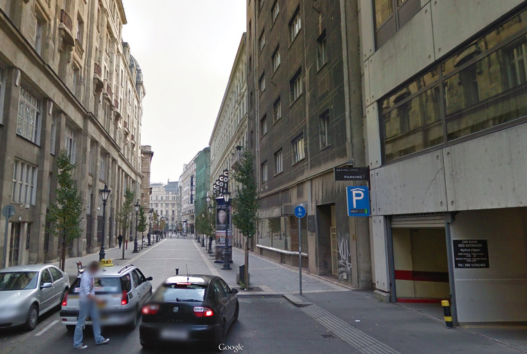 Dorottya utca 8. (jobb oldal, parkoló melletti épület)