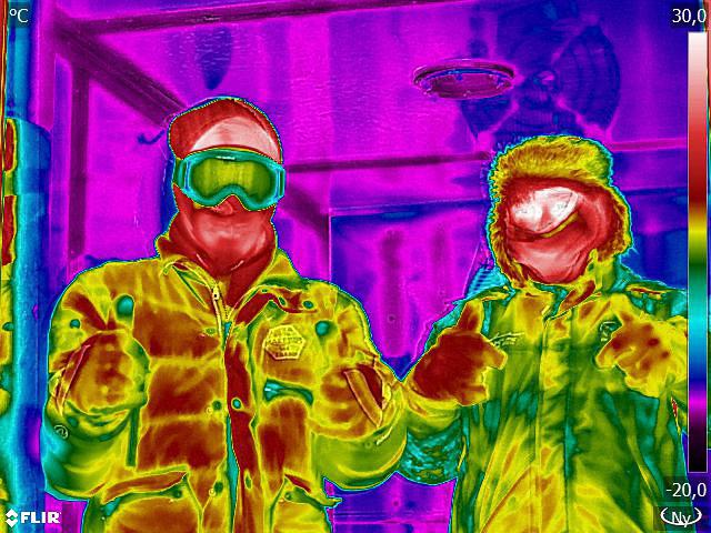 Pista (jobbra) kabátja és sapkája jobban hőszigetel, én viszont a szemüveggel és a síkesztyűvel jobban jártam. A háttér lilája a mínusz 17 fokos kamra