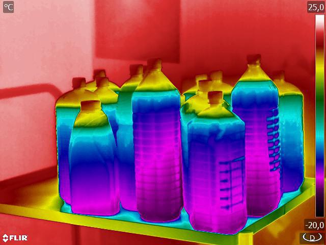 Elég sokáig tartják a hőt a folyadékok, ezek például már egy órája szobahőmérsékleten melegedtek