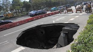 Hatalmas lyuk nyelt el egy autót Kínában