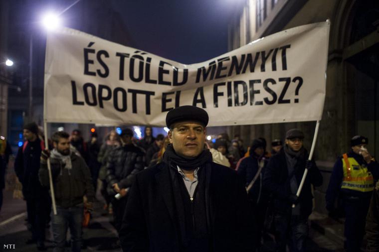Juhász Péter az Együtt - A Korszakváltók Pártja társelnöke pártja Belvárosi Rogán-Szentgyörgyvölgyi ingatlanmaffia című tüntetésén Budapesten az V. kerületi Erzsébet téren 2015. január 14-én.