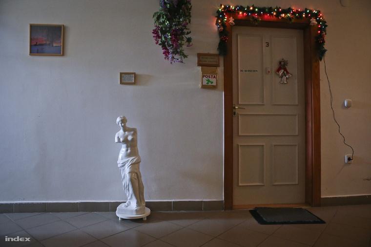 Kovácsék igyekeznek otthonossá tenni az intézményt. A képen látható szobort ők készítették.