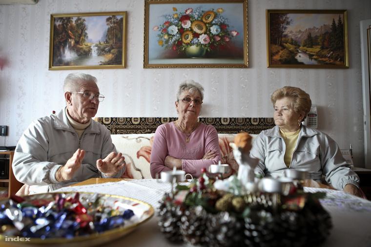 A Kovács-házaspár és szomszédjuk Erzsébet mesél az idősek otthonában kialakult viszonyokról.