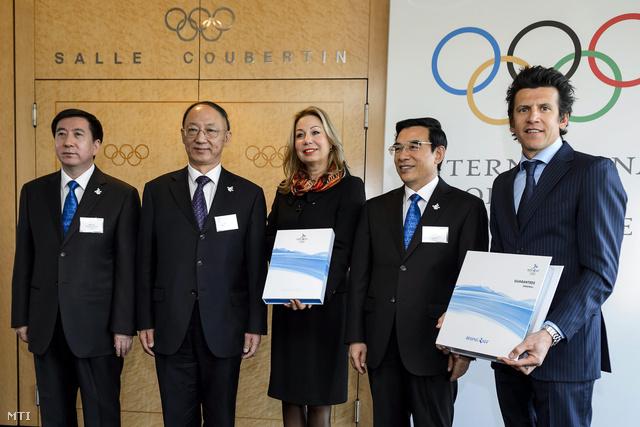 Csang Csien-tung pekingi alpolgármester Liu Peng kínai sportügyi miniszter a Kínai Olimpiai Bizottság elnöke Jacqueline Barrett a Nemzetközi Olimpiai Bizottság pályázati koordinációért felelős vezetője Vang An-sun pekingi polgármester és Christophe Dubi a NOB sportigazgatója (b-j) miután a kínai küldöttség átadta Peking pályázatát a 2022-es téli olimpia rendezési jogára a NOB lausanne-i székházában 2015. január 6-án.