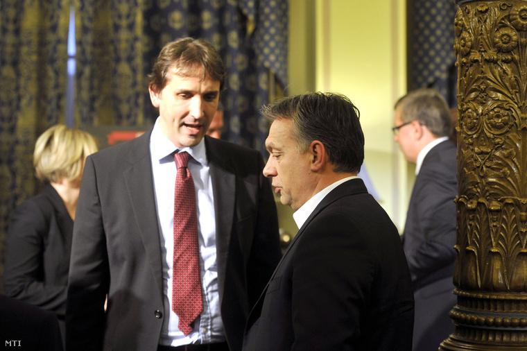 Orbán Viktor miniszterelnök (j2) és Barcza György a Napi Gazdaság főszerkesztője (j3) Wiedermann Helga Sakk és póker - krónika a magyar gazdasági szabadságharc győztes csatáiról című könyvének bemutatóján 2014. március 11-én.