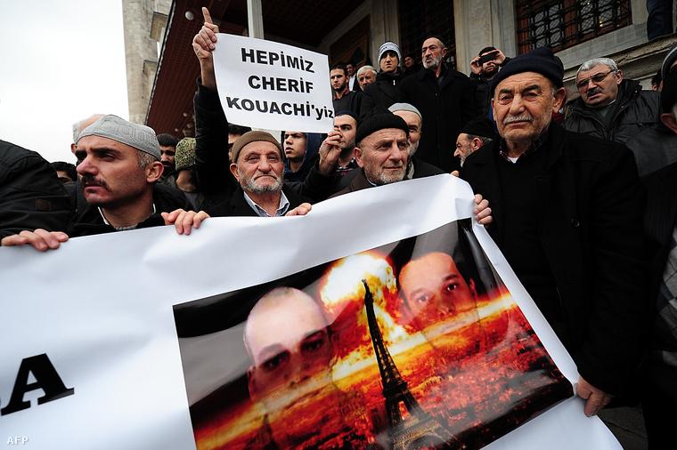 Tüntetők Ankarában, a Kouachi testvérek és egy gombafelhő előtt ábrázolt Eiffel-torony montázsával