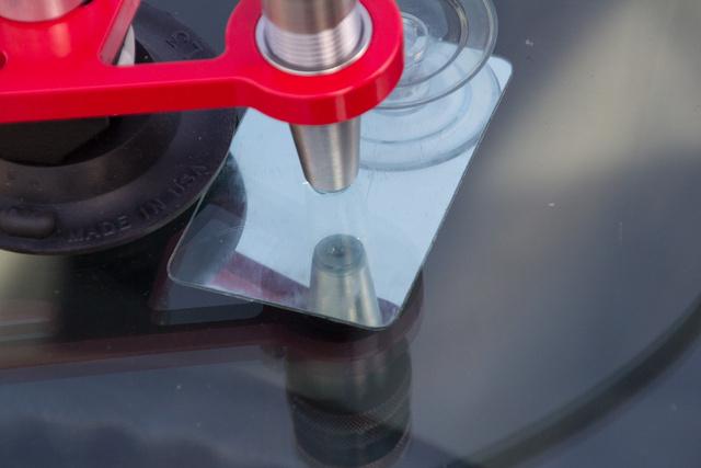 A szilikon tömítőgyűrű tökéletesen felfekszik. Először vákuumal kiszívják a sérülésből a levegőt