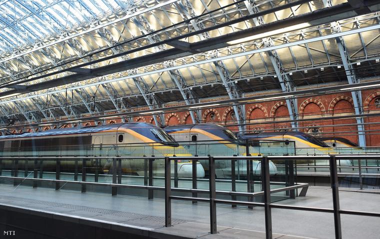 Az Eurostar vasúttársaság veszteglő szerelvényei a londoni St. Pancras pályaudvaron 2015. január 17-én