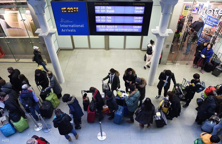 Az Eurostar vasúttársaság utasai a londoni St. Pancras pályaudvaron
