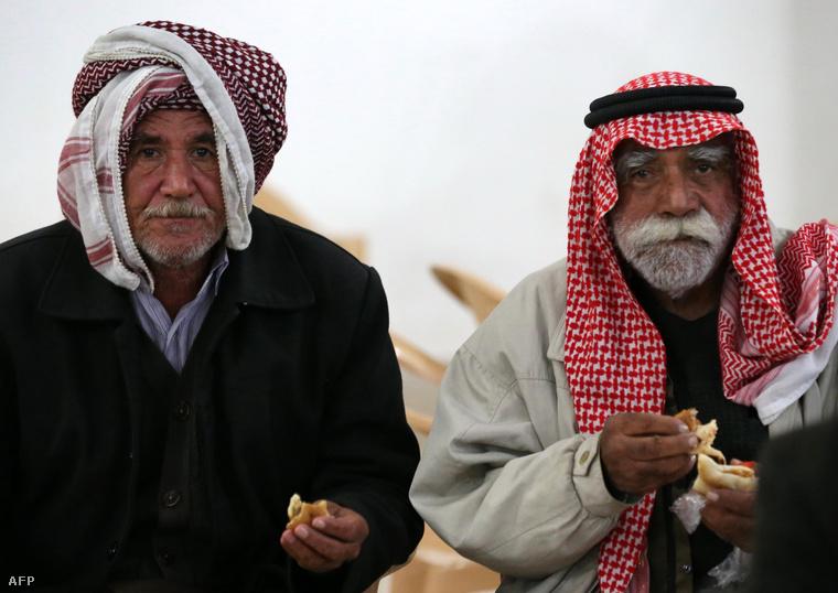 Két idős jazidi férfi abból a kétszázból, akiket elengedtek