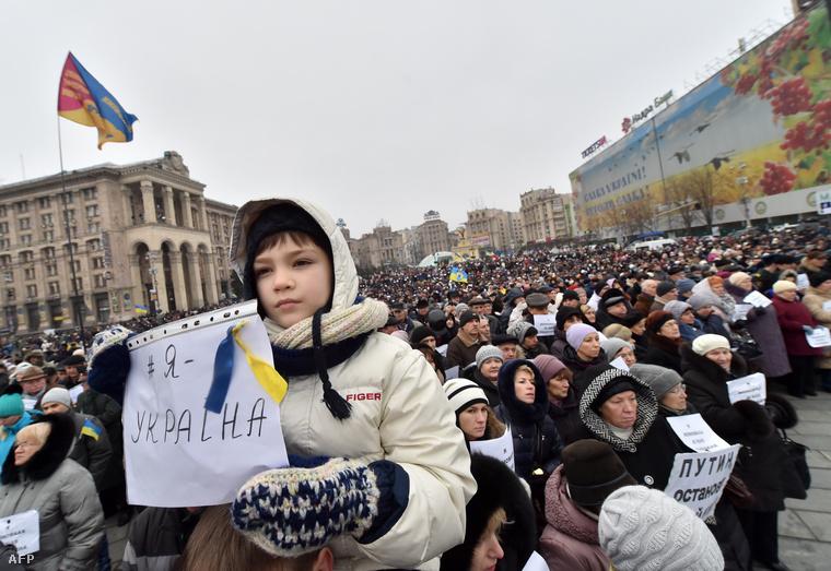 Ezrek emlékeztek a volnohavai áldozatokra a Majdanon.